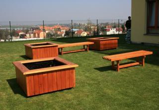 Květináče s lavičkami