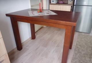 Kuchyňský stůl: masiv Buk mořený na ořech