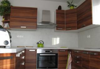 Kuchyň 25: Švestka, merano přírodní / Bílošedá