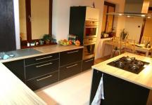 Pohled na kuchyň a část jídelny